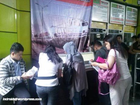 Cetak Tiket Mandiri di Stasiun Gambir